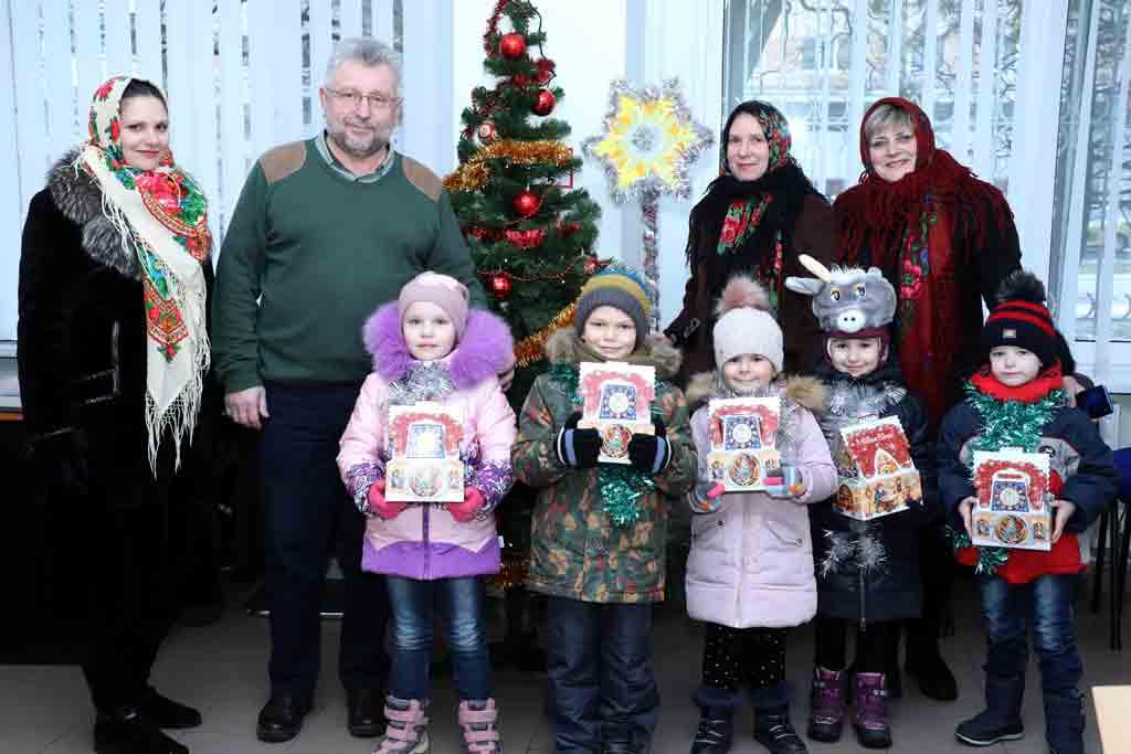 """Діти привітали колектив """"33-го каналу"""" із Різдвом Христовим (відео)"""