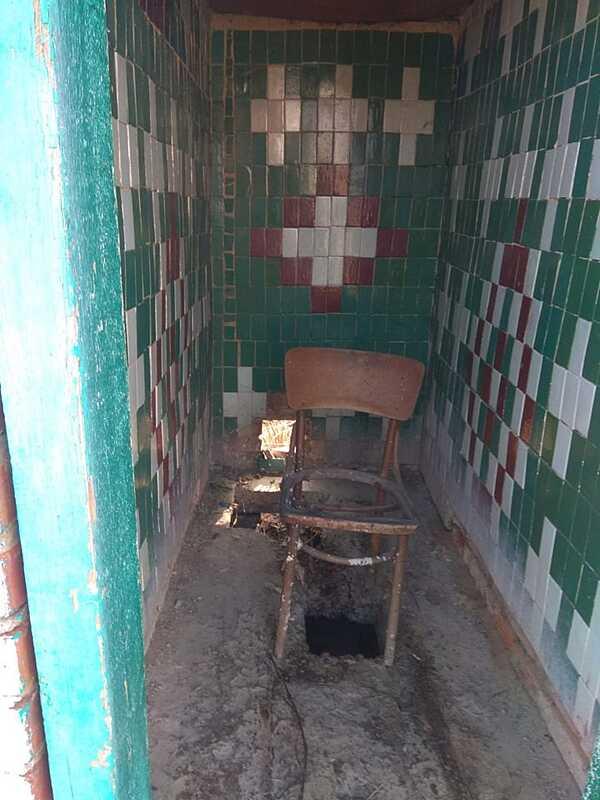 """«Туалет без вікон та дверей. А посередині -стілець"""" – вбиральня лікарні на Вінниччині викликала шквал обурень"""