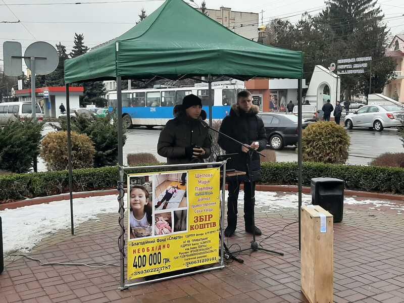 Циганські гастролі у Вінниці – 400 тисяч на лікування дівчинки із плакатів вже 2 роки збирають «співаки» з Одеси. Одні вінничани кидають «гастролерам» гроші, інші – здають їх в поліцію (відео)