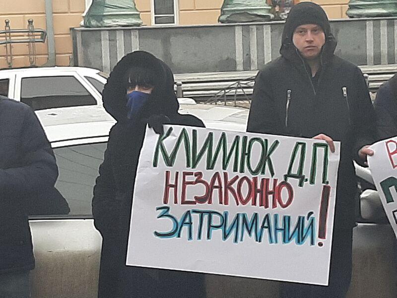 Затриманому в Могилеві-Подільському Дмитру К., що оформляв 24 квартири по підробних документах, прокуратура Вінниччини не змогла оголосити підозру (відео)