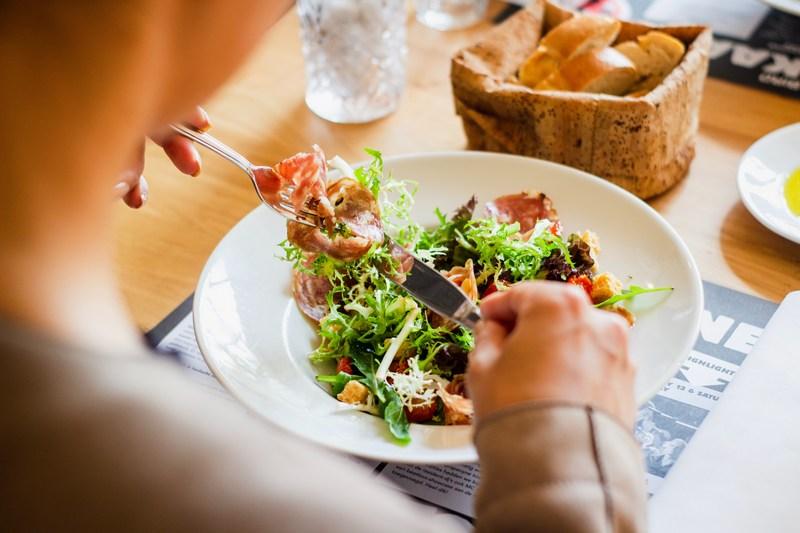 Готуємо смакоту разом: теплий салат з червоної цибулі, печені фаршировані яблука, форшмак