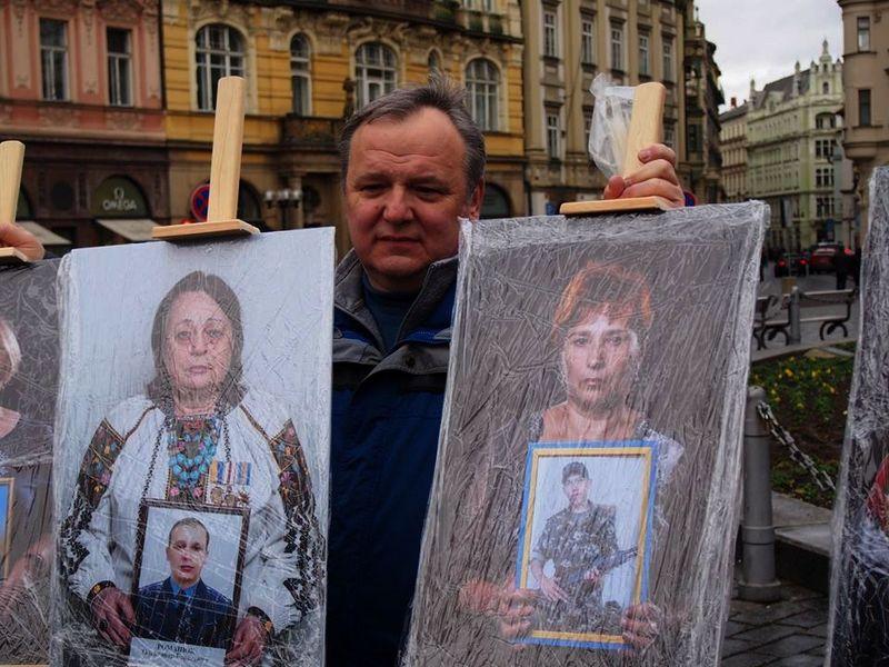 Портрет загиблого вінницького бійця та його мами показали в центрі Праги