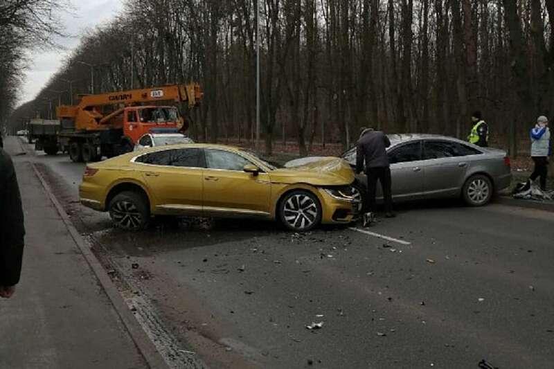 """Volkswagen Arteon за 45 тисяч доларів """"розбився"""" у Вінниці в лобовій ДТП біля Ботанічного саду"""