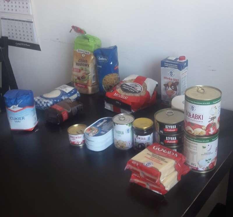 Два пакета макаронів і упаковка простроченого борошна (лист)