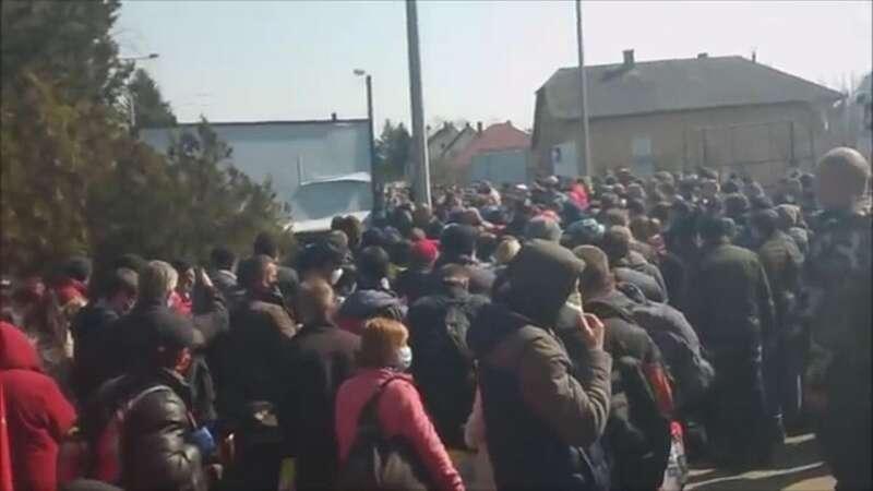 Українці втрачають свідомість у величезних чергах на кордонах (відео)