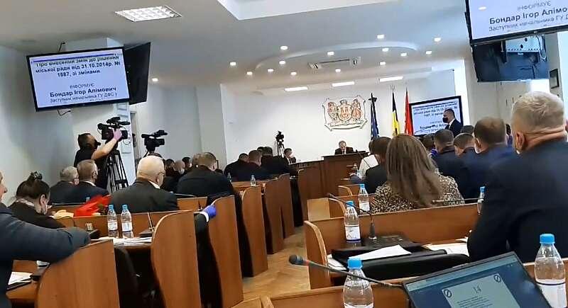 На сесії міської ради у Вінниці сьогодні вперше за останні місяці в масках зібрались 44 депутати…