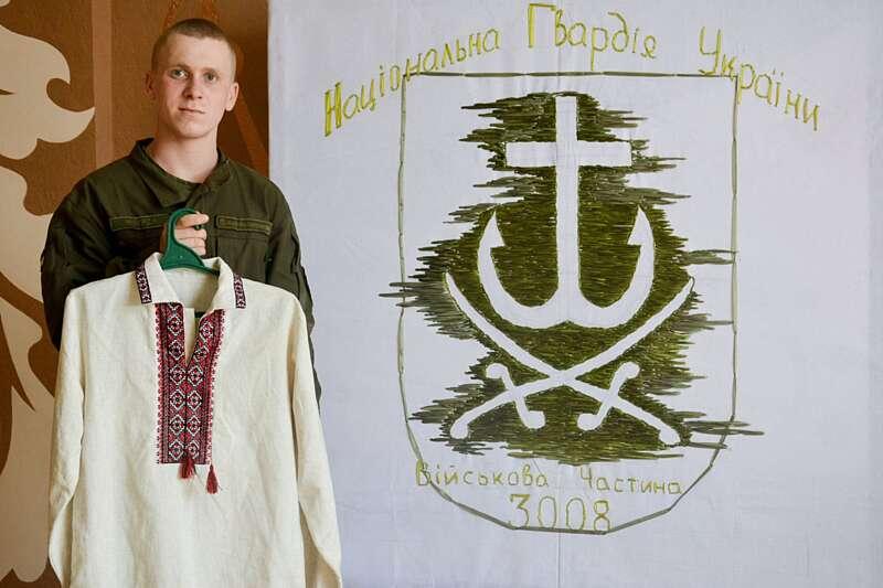 Нацгвардієць з Вінниці вишив півтораметровий герб
