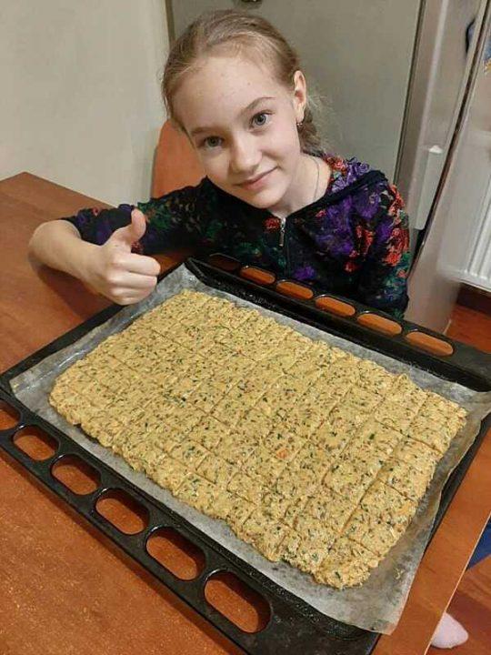 Аби допомогти онкохворій мамі, Полінка готує печиво для тварин