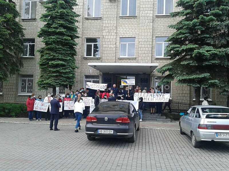 Могилів-Подільську РДА пікетують громади трьох сіл через об'єднання