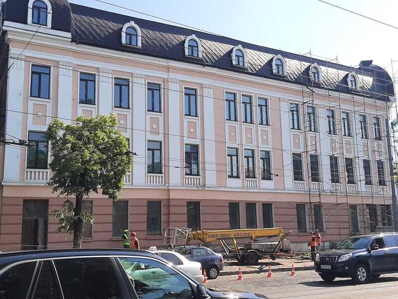 Що за фасадом «Прибуткового дому» Фігмана та Хасіна? Сьогодні цю пам'ятку Вінниці «роздягли» із риштувань (відео)