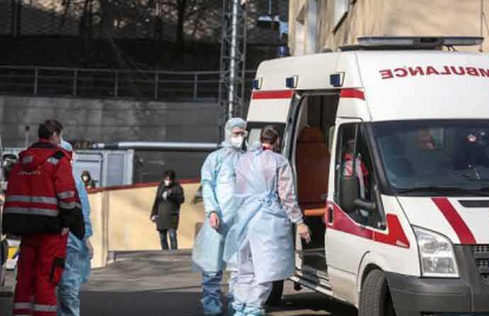 Коронавірус продовжує вражати медпрацівників, банкірів, супермаркети і навіть працівників цвинтарів