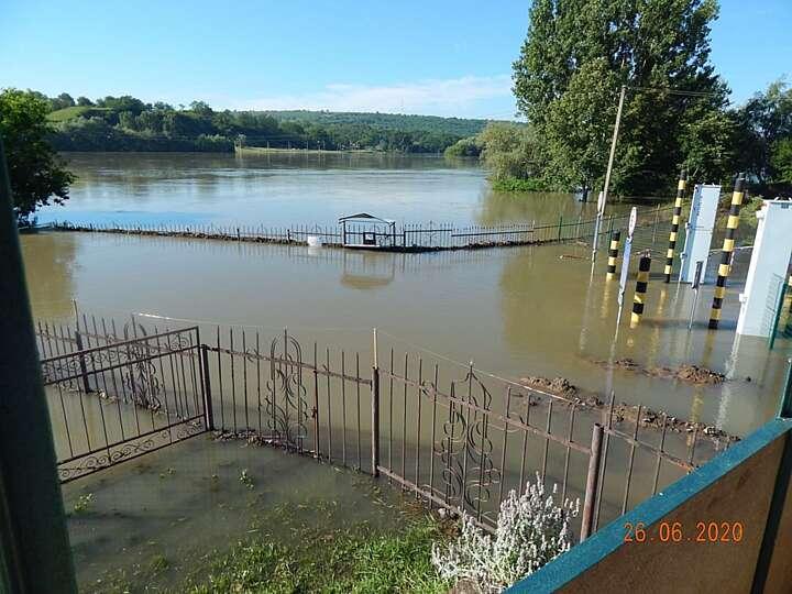 У Ямполі винна місцева влада, що затопило ці городи (відео)