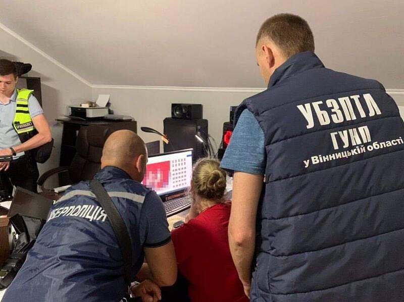 Вінничанці та її чоловіку оголосили підозру за виготовлення дитячого порно