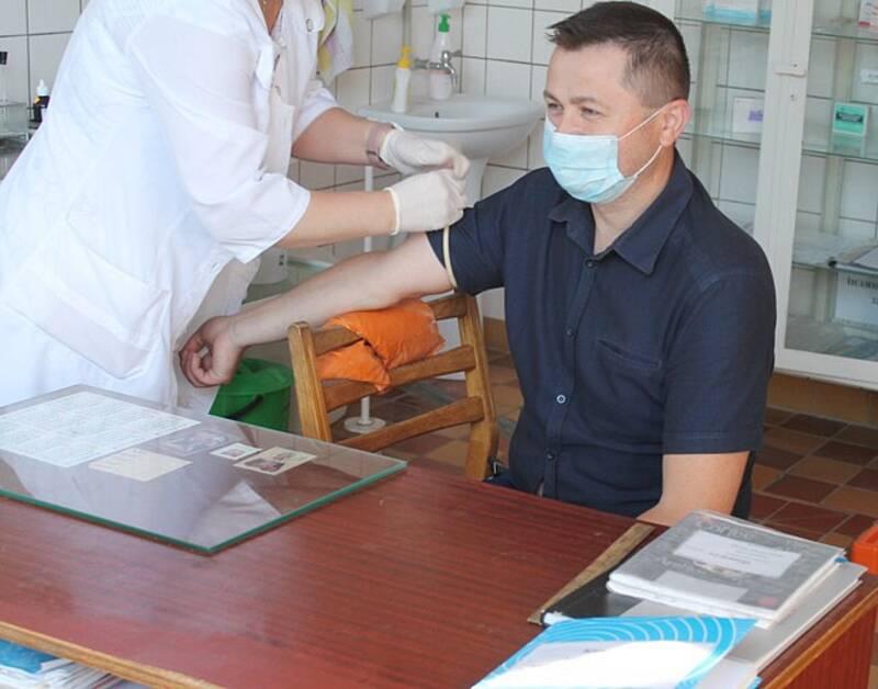 ІФА-тестування на коронавірус проводять у Бару. Голова РДА першим здав кров
