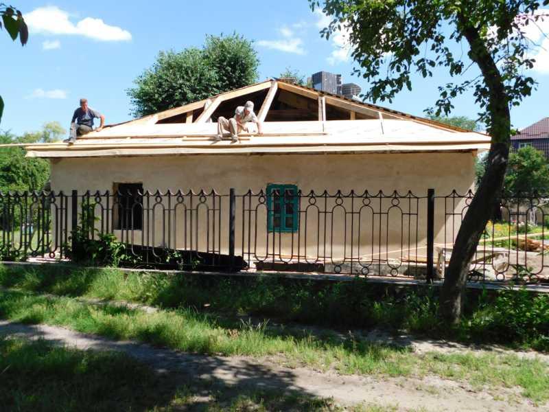 У музеї-садибі Коцюбинського реставрують дах та вікна хати, у якій жив письменник