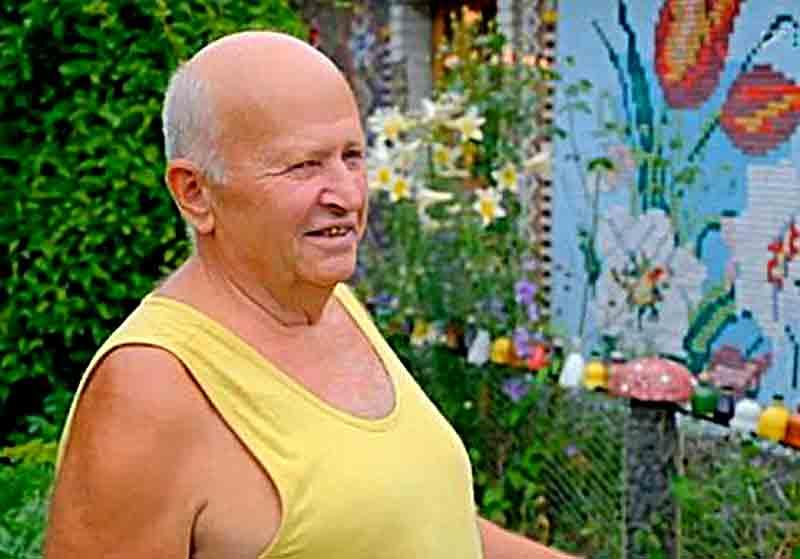 Мешканець Літина Микола Демков оздоблює власну оселю різнокольоровими пластиковими та металевими кришечками з-під напоїв