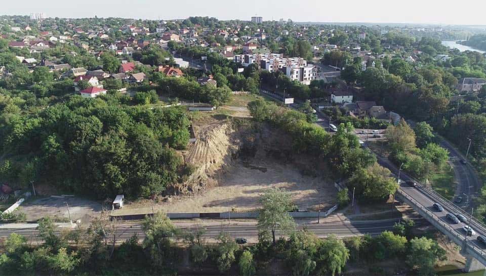 Кістки і могили розкопали на Замковій горі… Активісти вимагають «справу», бо це «пуповина» Вінниці. Будівельники замовили археологів