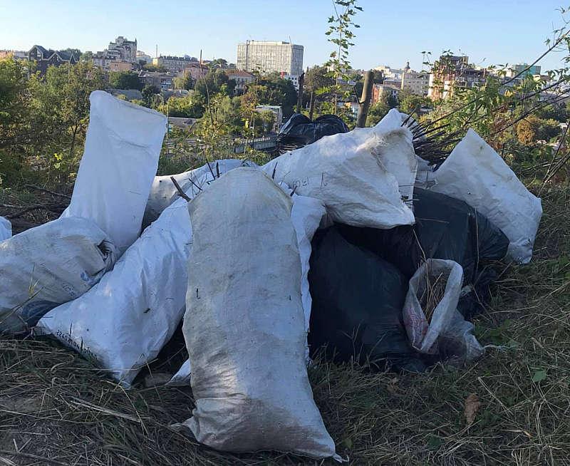 Активісти в суботу прибрали Замкову гору… В історичній «пуповині» Вінниці назбиралось 10 мішків сміття