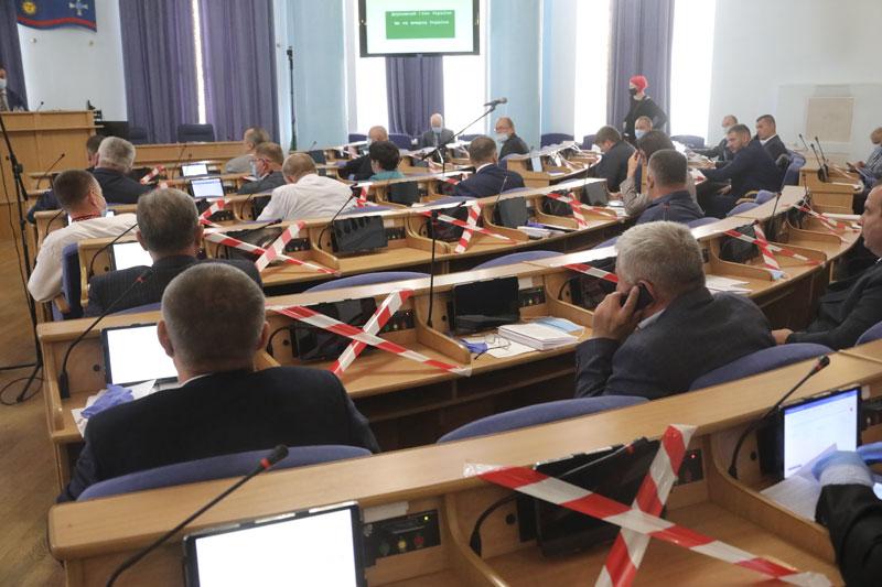 """Остання """"карантинна"""" сесія обласної ради традиційно відбувалася під обурені пікети"""