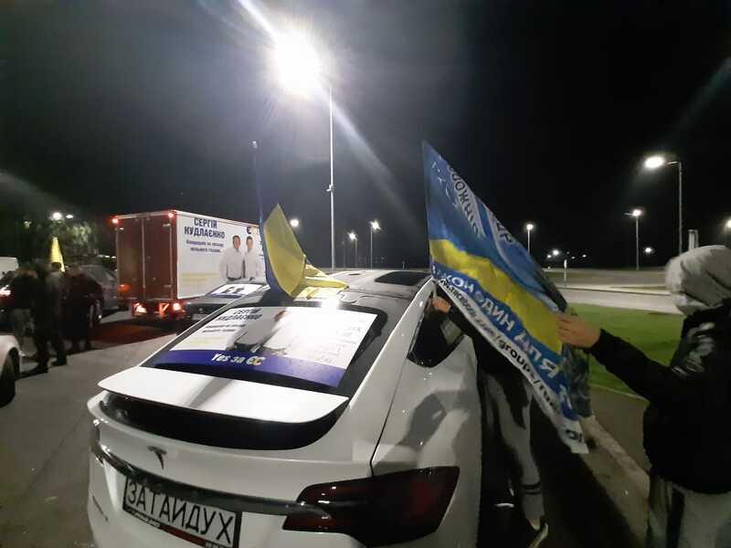 Tesla X «за мільйон» Вови Затайдуха стала хітом ранкового автопробігу по Вінниці. Чи заробив лідер ДК цю «тачку» на виборах? (відео)