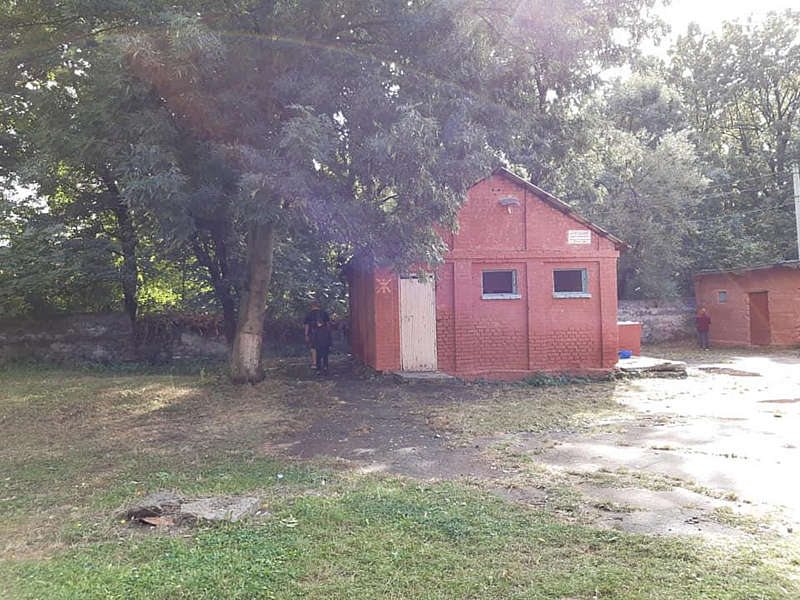 Учні вінницької школи №11 досі ходять в туалет на вулиці