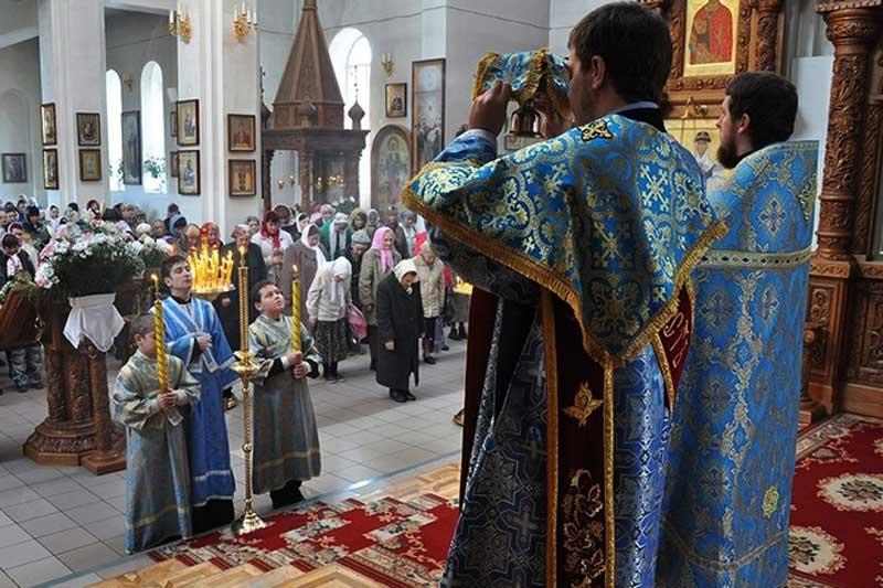 «Скільки можна грішити та молитви російською в українській церкві читати?» — запитують парафіяни Православної Церкви України