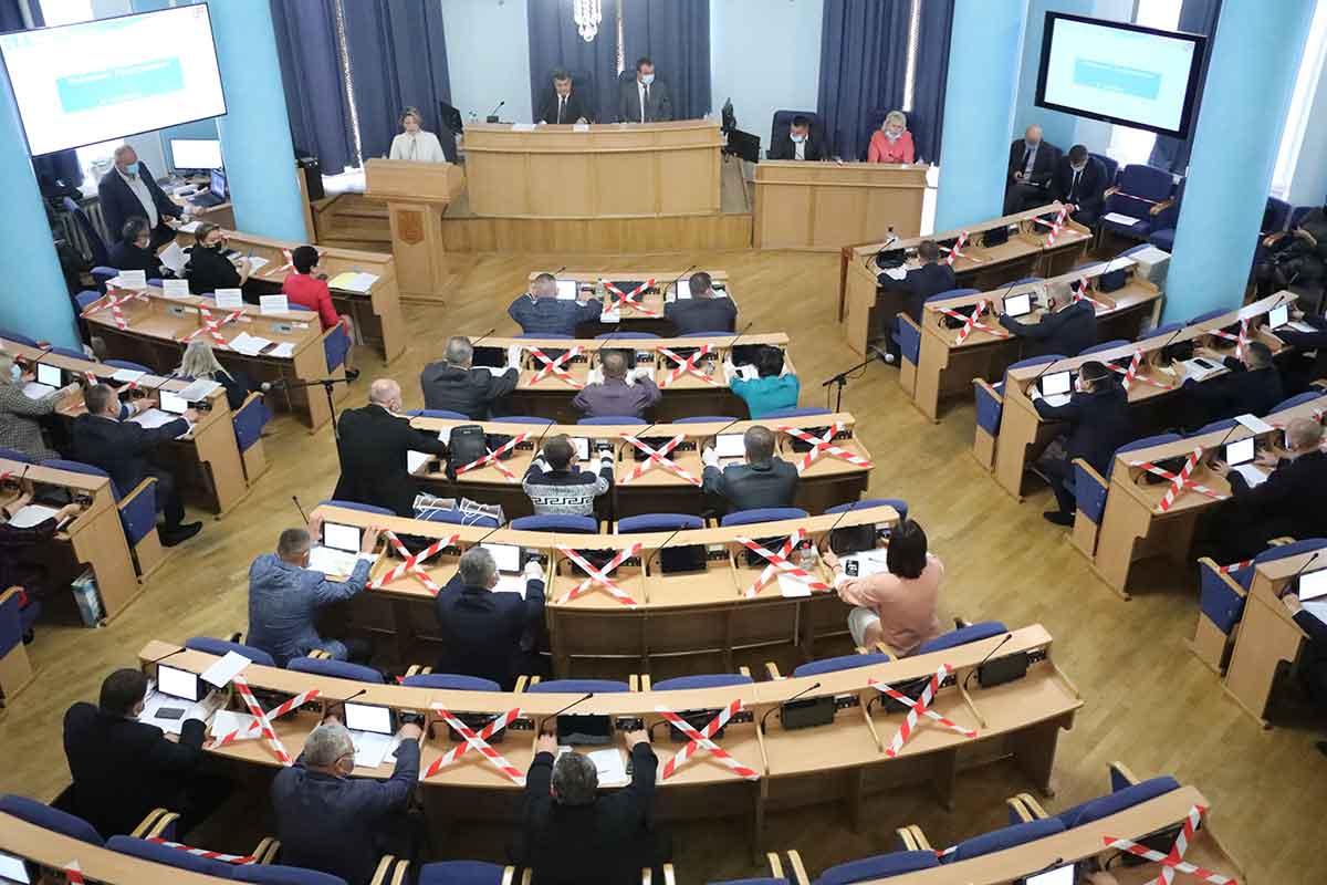 Остання сесія депутатів обласної ради 7 скликання розпочалася із мітингу