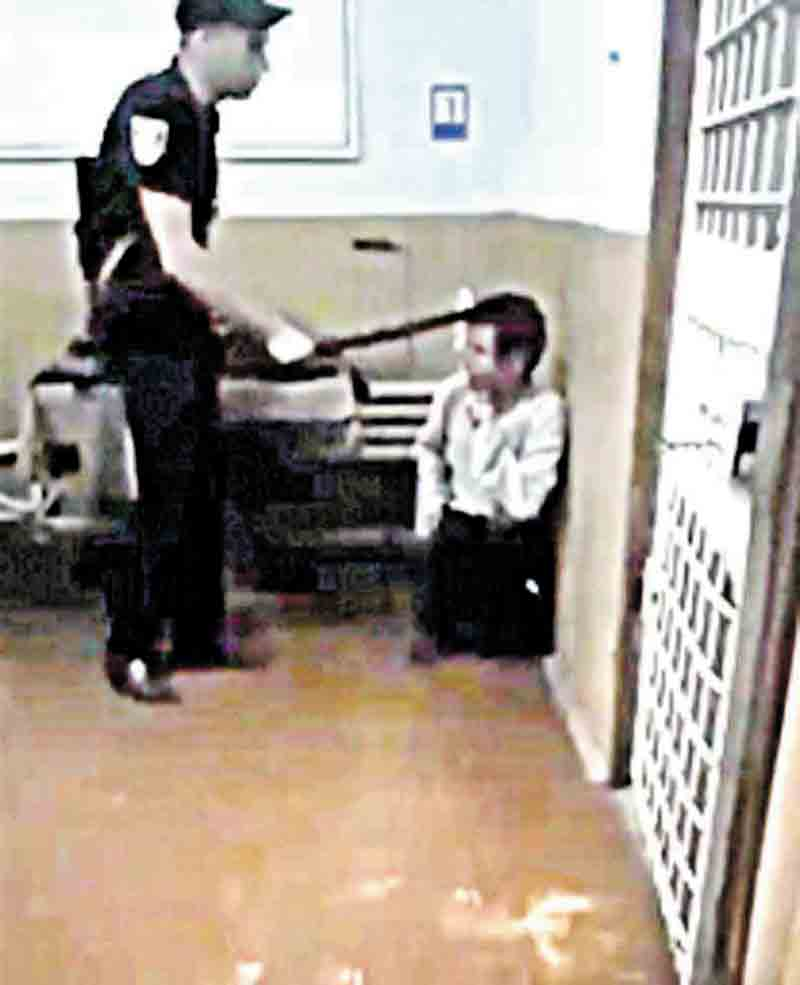 Чоловік, над яким знущались та знімали на відео поліцейські у Ямполі, помер