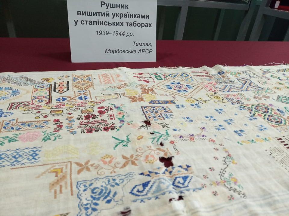 Рушник непереможного духу нації презентували у Вінницькому краєзнавчому музеї (відео)