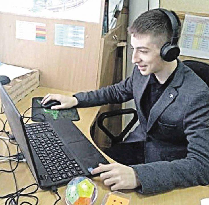Потужний ноутбук куплять волонтери для генія Антона