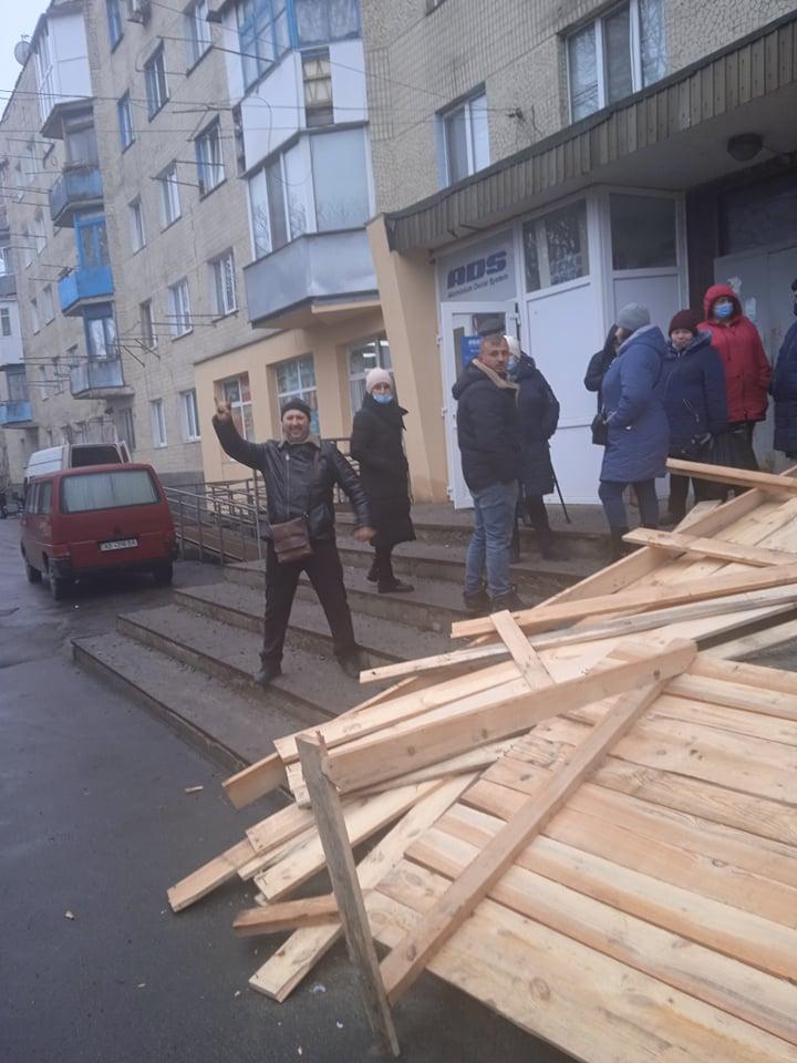 У Вінниці на вулиці Довженка ледь не бються за підвал (відео)