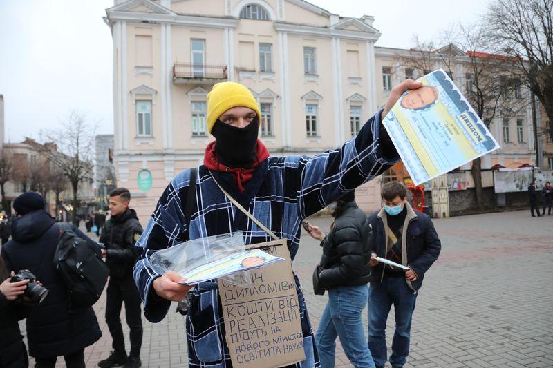 «Дипломи Шкарлета» по $100 під Вежею у Вінниці продавали студенти (відео)