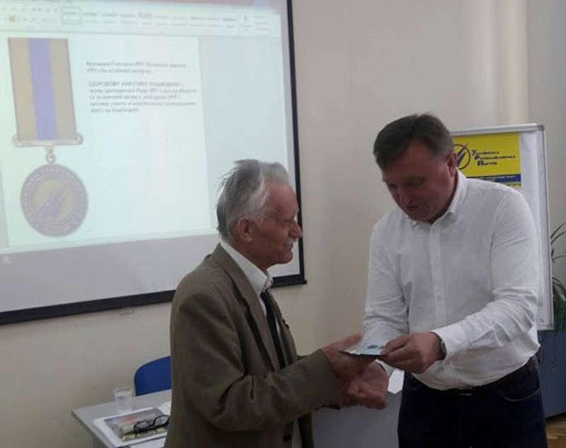 82-річний дідусь Анатолій з Вапнярки за любов до України відсидів сім років у таборах, а нещодавно написав марш захисникам Донбасу