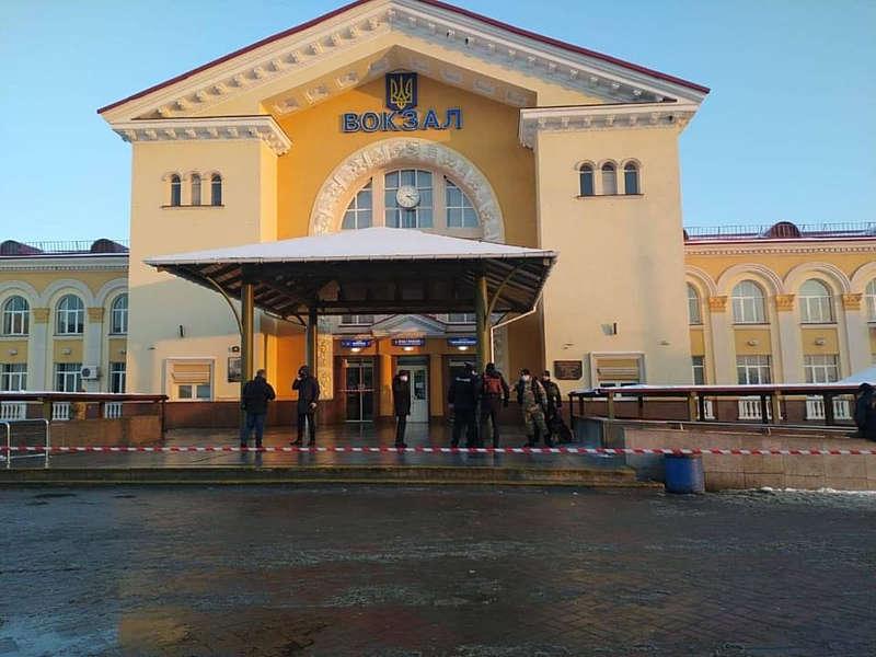 Поліцейські евакуювали людей із залізничного вокзалу через невідомого «з гранатою»