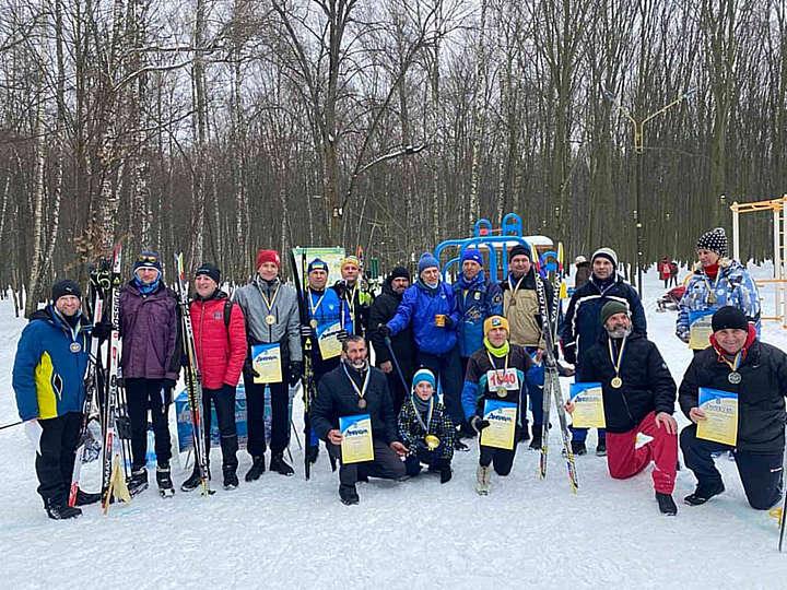 В лижних перегонах у Лісопарку змагалася і малеча, і пенсіонери