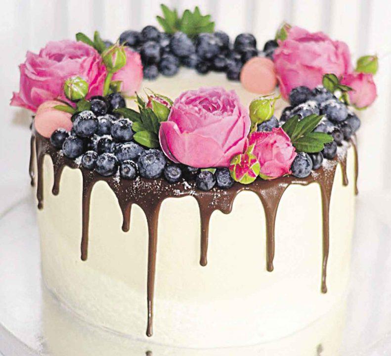 Майстриня тортів та випічки випікає кулінарні шедеври
