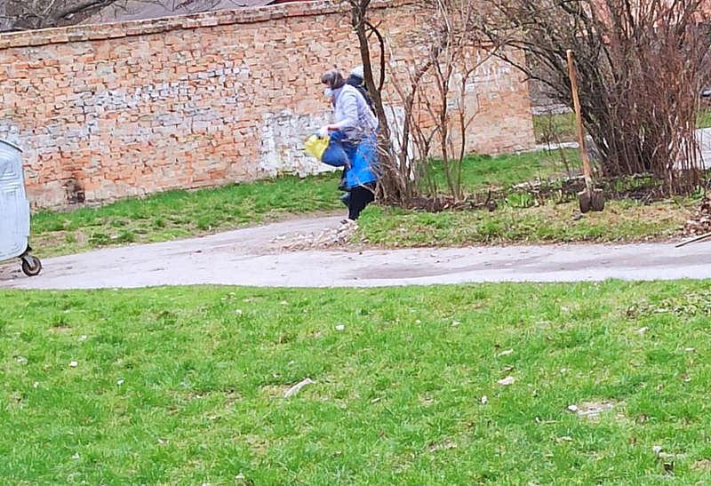 Вінничанка виносила сміття у прапорі України?