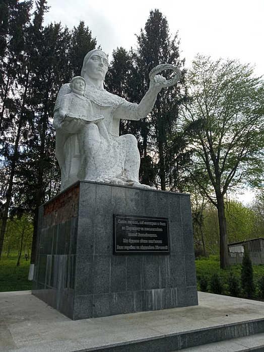 На реконструкції пам'ятнику загиблим воїнам у Сокиринцях зекономили гроші