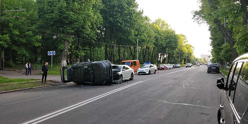 Пассат перекинув Тойоту біля вінницького універмагу! Але як це можливо? (відео)
