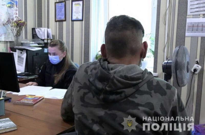 Із пістолетом на прибиральницю проспекту Космонавтів напав чоловік та вимагав гроші. Його затримала поліція!