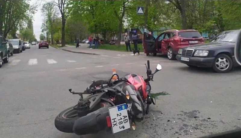 Через 26-річну водійку двоє мотоциклистів отримали важкі травми. Друзі шукають донорів (шок-відео)