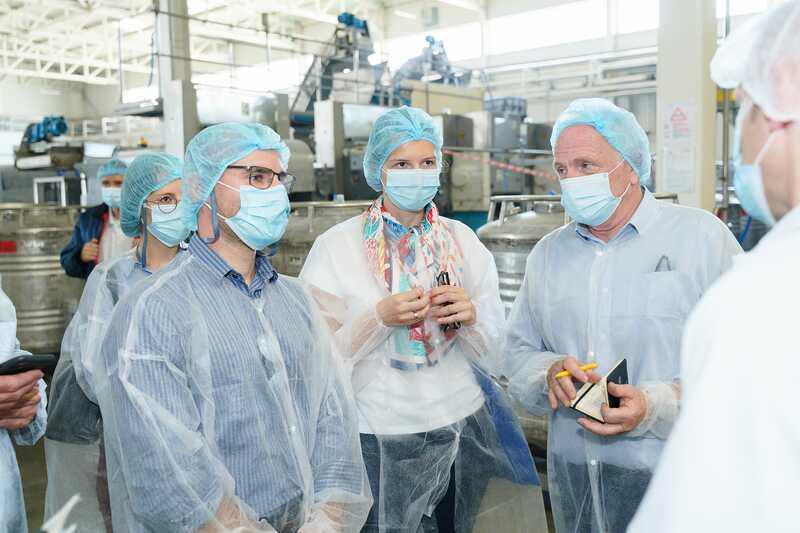 Французька делегація побувала на угіддях, де вирощують полуницю, та на заводі «Аграна Фрут Україна»
