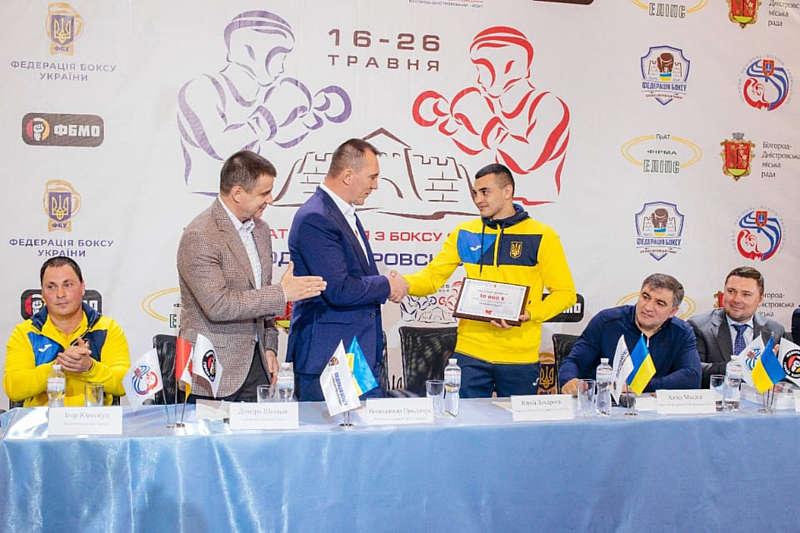 Вінничанин Володимир Продивус нагородив грошовою відзнакою чемпіона світу, дворазового чемпіона Європи з боксу Юрія Захарєєва