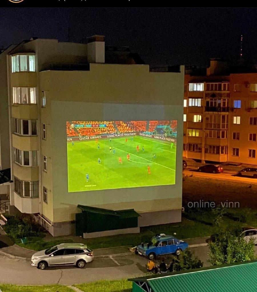 Мегафутбол на стіні висотки в Академічному та «Слава Україні!» зі всіх вікон Вінниці… Вболівальники дякують збірній за «битву гладіаторів»!