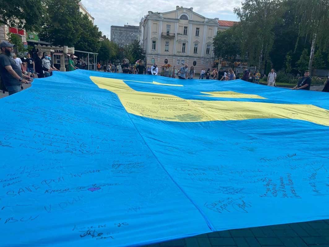 Прапор полетить над півостровом і різними мовами нагадає, що Крим — це Україна