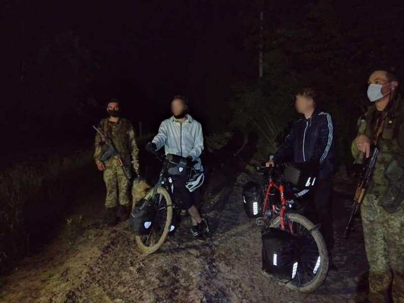 Двоє німців на велосипедах заїхали в Україну повз прикордонників. Бо думали, що Україна в ЄС