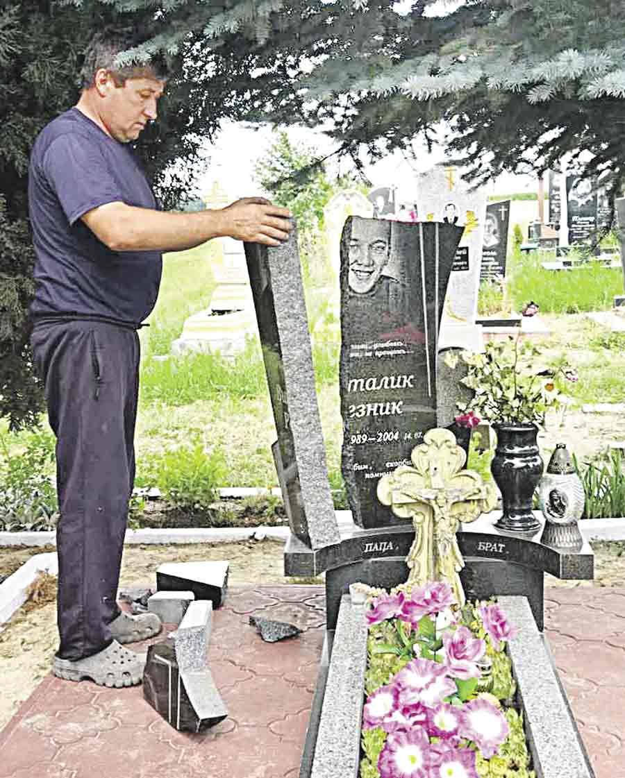 Розбили пам'ятник на роковини сину голови ОТГ з Вінниччини. Віталій у 14 помер від лейкемії…
