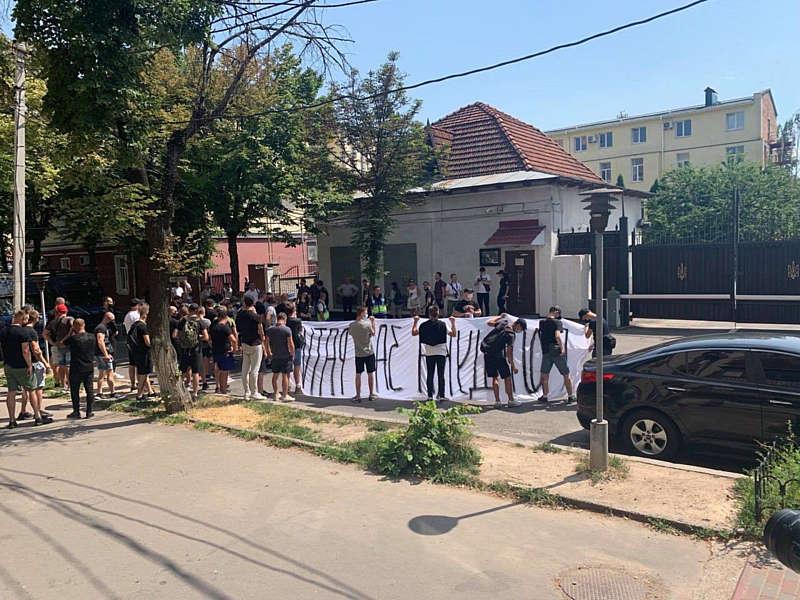 У Вінницького СБУ активісти вимагають правду і прізвища про найбільшу майнінг-ферму України. А директора обленерго запросили на детектор брехні (відео)