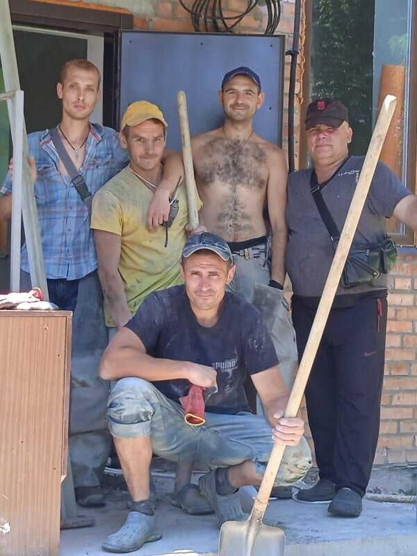 Віряни ПЦУ з Луки-Мелешківської дякують бригаді за безкоштовну допомогу у будівництві храму-трапезної
