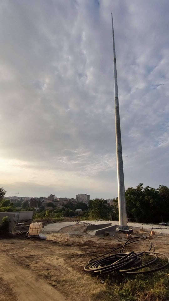 У Вінниці встановили 50-метровий флагшток на Замковій горі